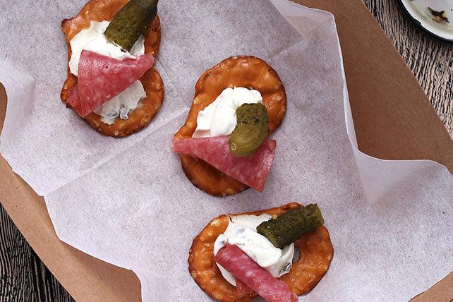 Bouchées de bretzel au cornichon et au salami Image 1