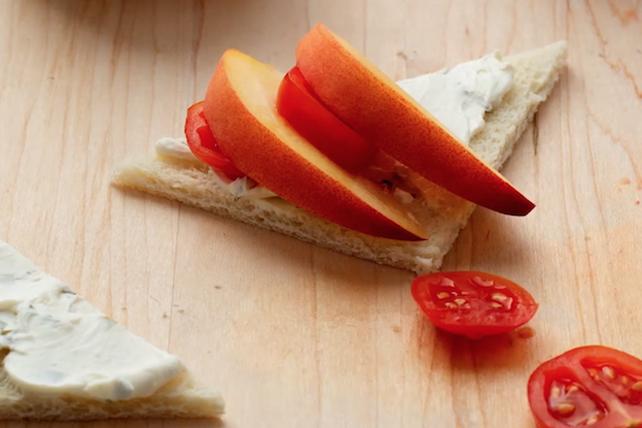 Petit sandwich à la tomate et à la pêche  Image 1