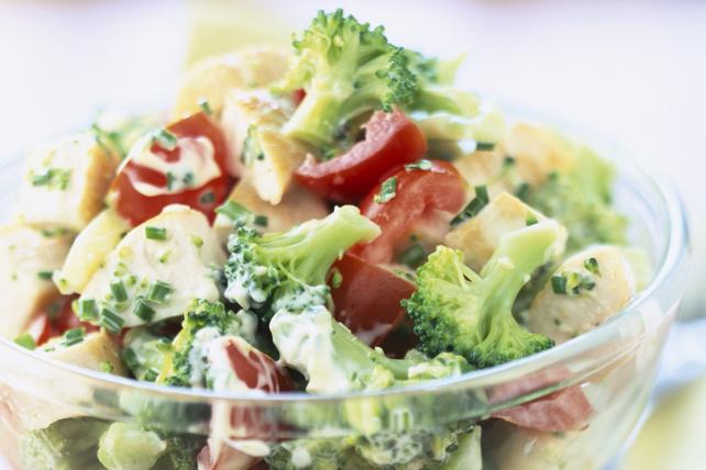 Salade crémeuse au poulet, au brocoli et aux tomates Image 1