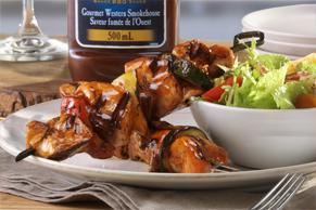 Brochettes savoureuses de poulet et de légumes grillés