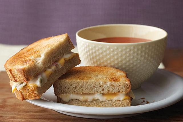 Duo de sandwich au fromage fondant épicé et de soupe aux tomates Image 1