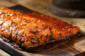 Saumon en sauce sur planche de cèdre
