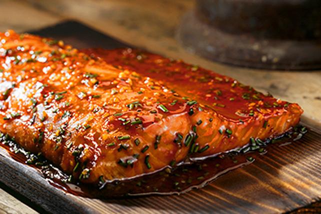 Saumon en sauce sur planche de cèdre Image 1