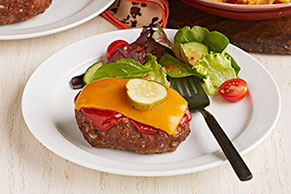 Pasteles miniatura de carne estilo hamburguesa de queso