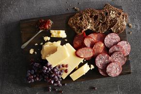 Plateau de fromage gouda et de charcuteries