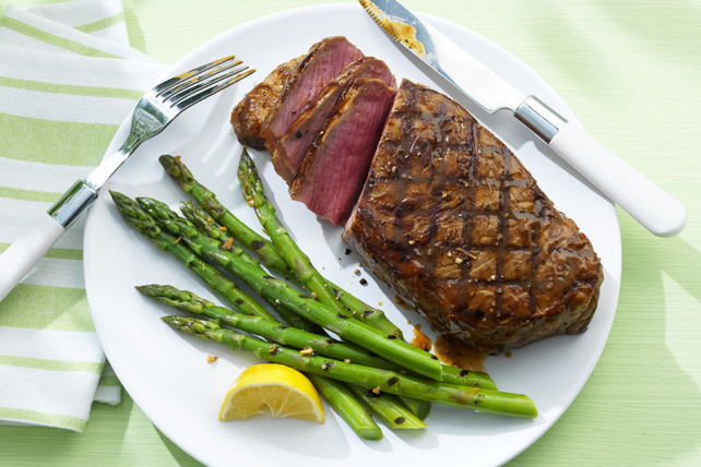 Biftecks de contre-filet avec asperges grillées à l'ail Image 1