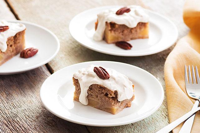 Gâteau aux épices et à la crème sure avec fond aux pommes Image 1