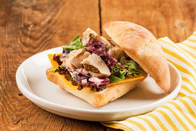 Sandwich à la salade de poulet et aux cerises sucrées Image 1