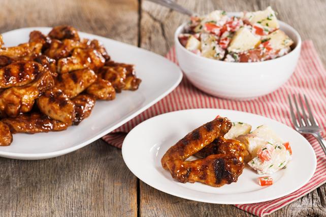 Ailes de poulet barbecue grillées lentement et salade de pommes de terre cuites en papillote Image 1