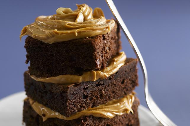 Brownies avec glaçage au beurre d'arachide dans un bol Image 1