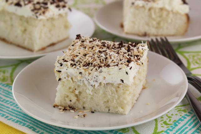 Gâteau à trous à la noix de coco garni de chocolat et de noix de coco grillée Image 1