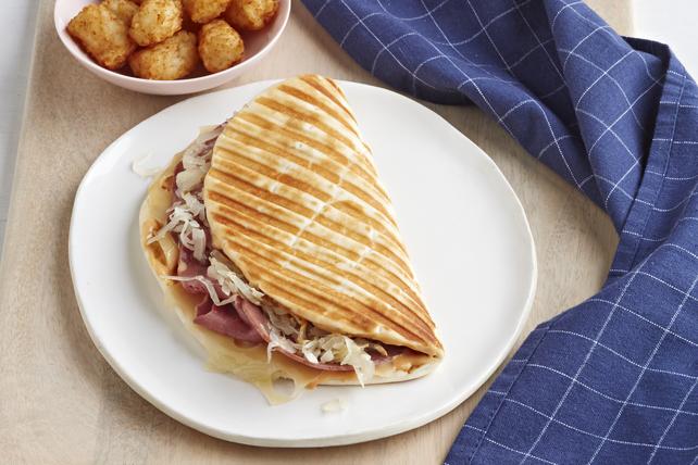Sandwich Reuben grillé sur pain plat Image 1