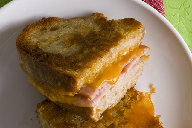 Sandwich au fromage fondant et au bacon enrobé de farine de maïs Image 1