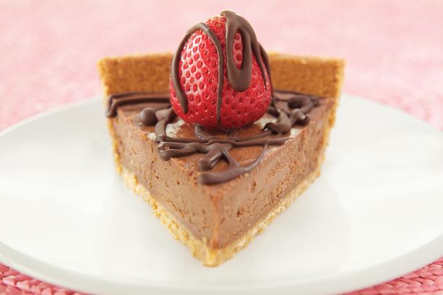 Tarte garnie de fraises et arrosée de chocolat Image 1