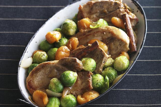 Poêlée de côtelettes de porc avec choux de Bruxelles et abricots Image 1