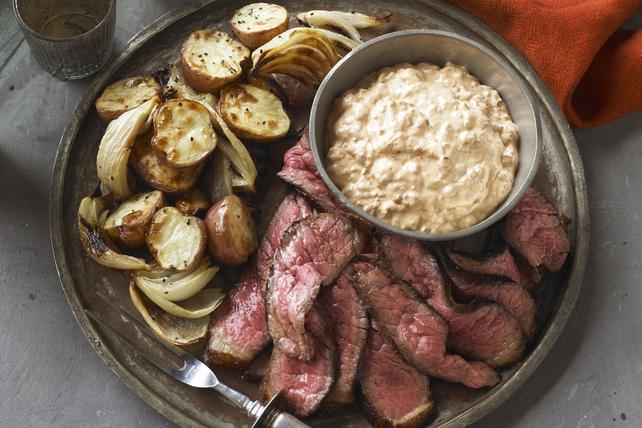 Bifteck épicé avec pommes de terre et oignons rôtis Image 1