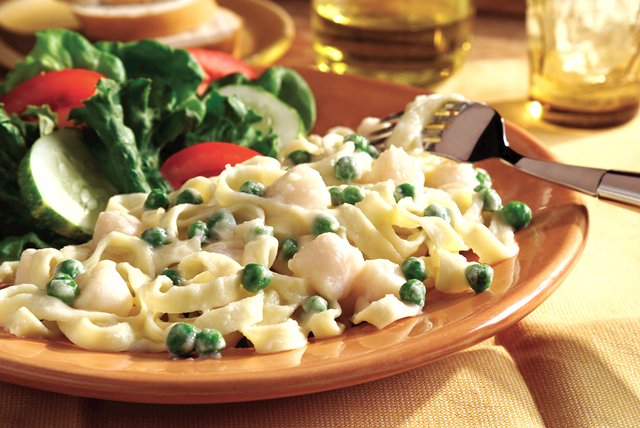 Fettuccine Alfredo with Scallops and Peas Image 1