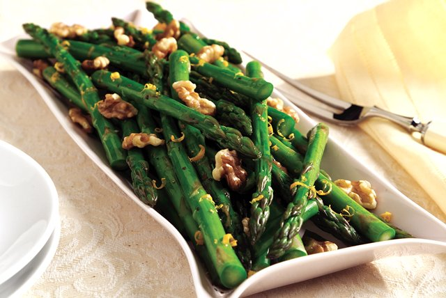 Blanched Asparagus with Toasted Walnuts