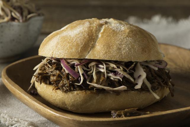 Sandwichs de pointe de poitrine de bœuf barbecue avec salade de chou Image 1
