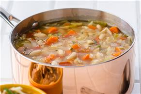 Soupe aux haricots blancs et aux légumes à la toscane