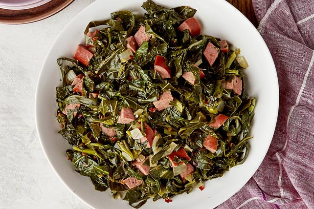 Assiettée de feuilles de chou vert et de saucisses Image 1