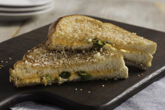 Sandwich au fromage fondant à la sriracha en croûte de panko Image 1