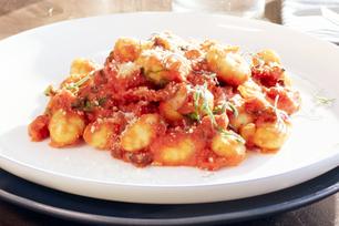 Gnocchis de pomme de terre à la pancetta, à la sauge et à la sauce à l'ail rôti
