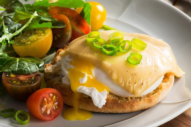 Sandwichs aux œufs pochés, au bacon et au fromage fondant Image 1