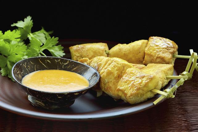 Brochettes de poulet au curcuma nappées d'une sauce au beurre d'arachide et au gingembre Image 1