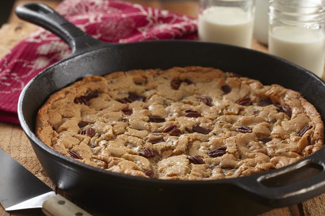 Biscuit aux morceaux de chocolat cuit à la poêle en fonte Image 1