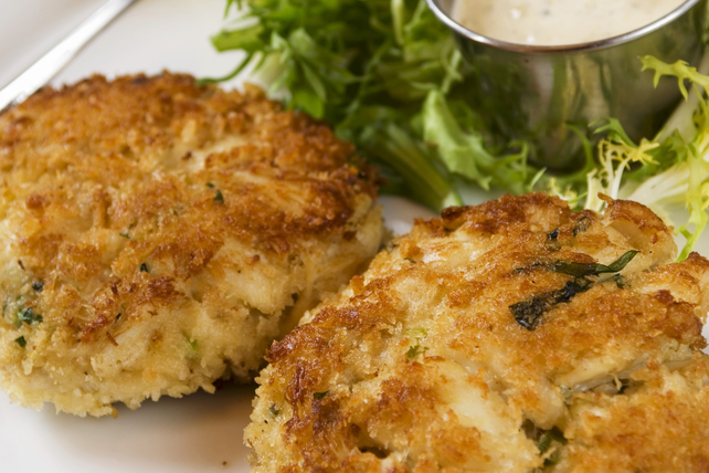 Crab Cakes with Garlic Mayo Image 1