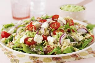 Salade grecque avec couscous et purée d'avocat