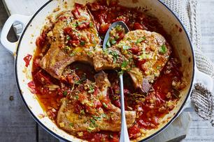 Casserole de côtelettes de porc braisées en sauce pour pâtes à l'ail rôti