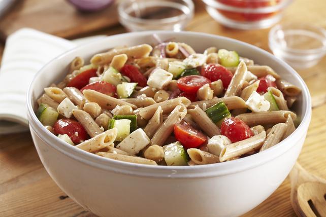 Salade de pâtes de blé entier à la grecque Image 1