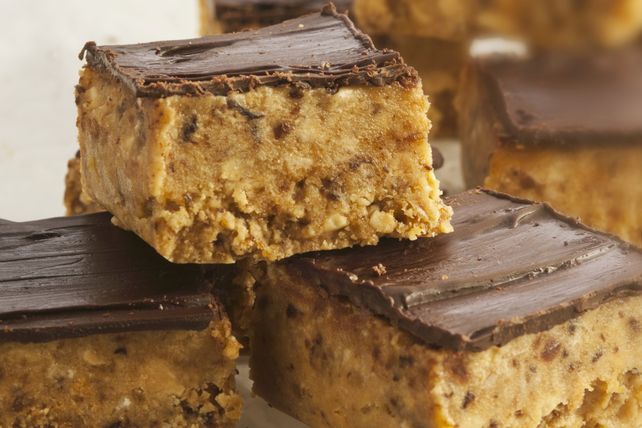 No-Bake Peanut Butter and Chocolate Oat Bars Image 1