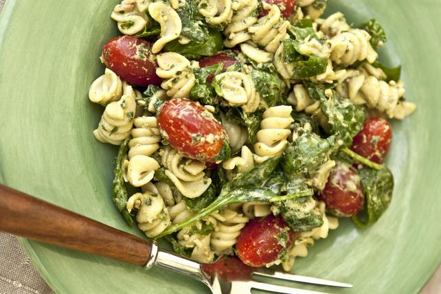 Pâtes vite faites au pesto, aux tomates et aux épinards Image 1