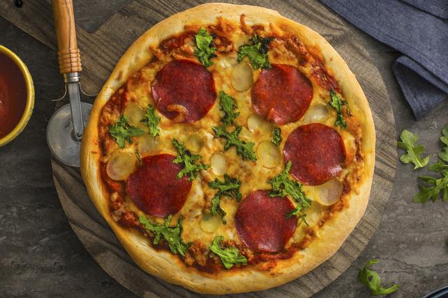 Pizza aux pommes de terre, au salami et à la roquette Image 1