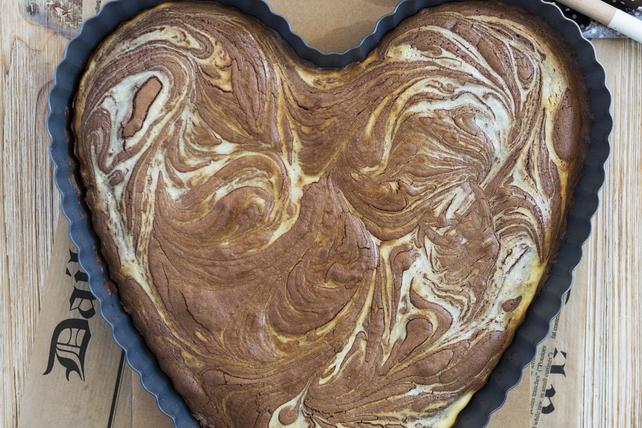 Gâteau au fromage aux brownies marbré en forme de cœur Image 1