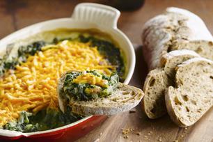 Trempette aux épinards, aux artichauts et aux trois fromages cuite au four