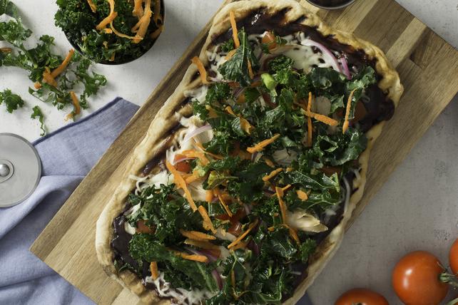 Pizza au poulet barbecue et à la salade de chou frisé Image 1