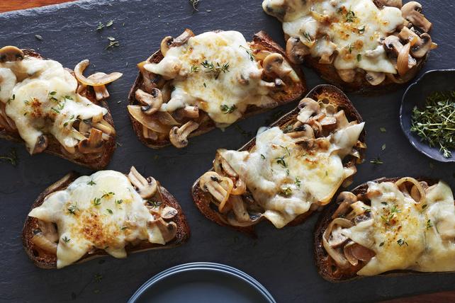 Sandwichs au fromage fondant avec oignons caramélisés et champignons Image 1