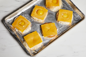 Bagels et œufs au miroir sur plaque à pâtisserie Image 2