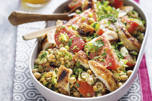 Salade de taboulé au poulet grillé, aux tomates et aux légumineuses Image 1