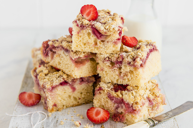 Coconut-Strawberry Crumble Cake Image 1