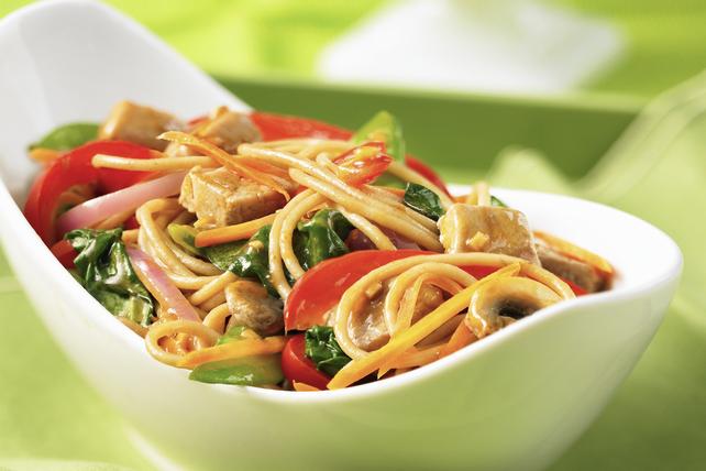 Bol de nouilles aux légumes et au porc aux arachides à l'autocuiseur électrique Image 1
