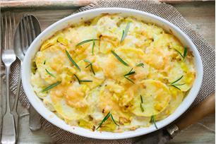 Gratin de pommes de terre et de poireaux au fromage
