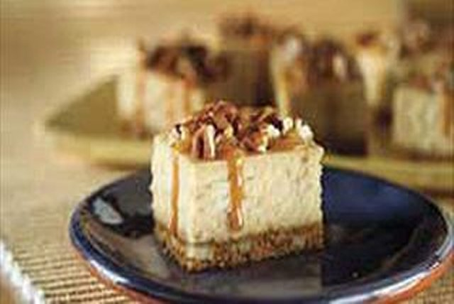 Barras de cheesecake con caramelo y nueces