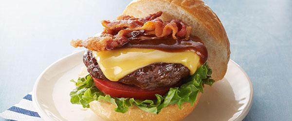 Hamburguesas americanas con queso, tocino y salsa BBQ