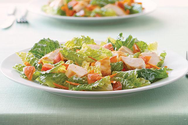 Ensalada de pollo y vegetales frescos Image 1