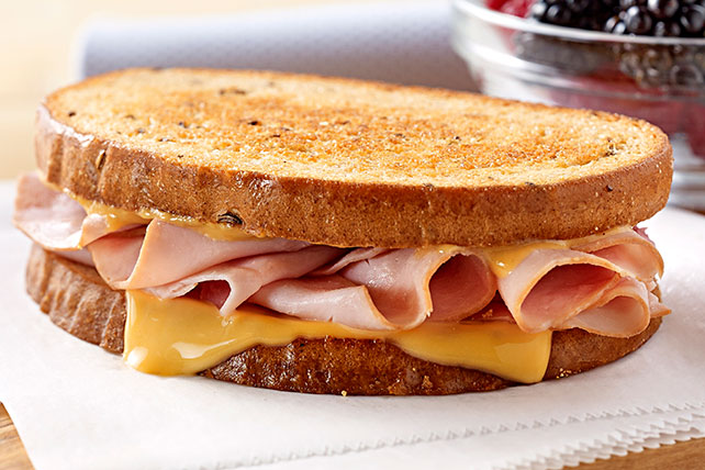 Sándwich tostado de jamón y queso Image 1